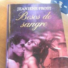 Libros de segunda mano: LIBRO BESOS DE SANGRE JEANIENE FROST 2010 RBA TAPA DURA L-13656. Lote 74666779