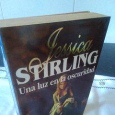 Libros de segunda mano: 49-UNA LUZ EN LA OSCURIDAD, JESSICA STIRLING, 1995. Lote 115084907