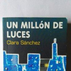 Libros de segunda mano: UN MILLÓN DE LUCES CLARA SÁNCHEZ. Lote 117859375