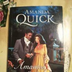 Libros de segunda mano: AMANTES Y SABUESOS - AMANDA QUICK - 1ª EDICIÓN ABRIL 2004. Lote 140150738