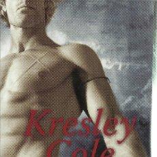 Libros de segunda mano: KRESLEY COLE-SUEÑOS DE UN GUERRERO OSCURO.LOS INMORTALES DE LA OCURIDAD X.ESENCIA.18/10.PLANETA.2014. Lote 152519090