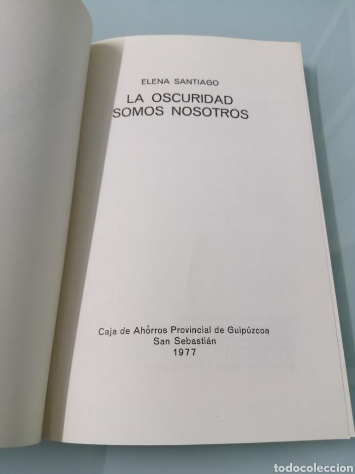 Libros de segunda mano: LA OCURIDAD SOMOS NOSOTROS. ELENA DE SANTIAGO. PREMIO CIUDAD DE IRUN 1977. DANONA, OYARZUM. - Foto 2 - 175622273