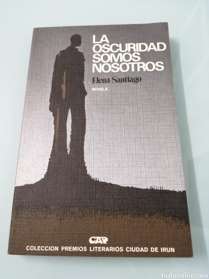 LA OCURIDAD SOMOS NOSOTROS. ELENA DE SANTIAGO. PREMIO CIUDAD DE IRUN 1977. DANONA, OYARZUM. (Libros de Segunda Mano (posteriores a 1936) - Literatura - Narrativa - Novela Romántica)
