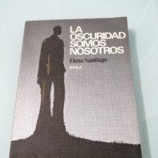 Libros de segunda mano: LA OCURIDAD SOMOS NOSOTROS. ELENA DE SANTIAGO. PREMIO CIUDAD DE IRUN 1977. DANONA, OYARZUM.. Lote 175622273