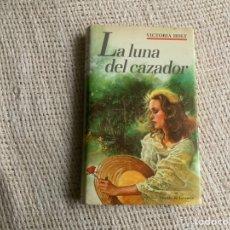Libros de segunda mano: LA LUNA DEL CAZADOR / VICTORIA HOLT. Lote 178789950