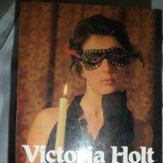 Libros de segunda mano: LA MÁSCARA DE LA HECHICERA. VICTORIA HOLT.. Lote 179237917