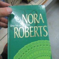 Libros de segunda mano: UNA LUZ EN SU VIDA, NORA ROBERTS. L.14508-535. Lote 180170862