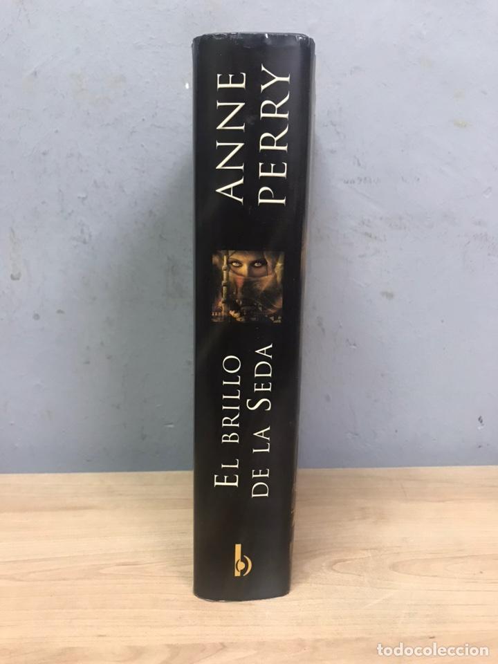 Libros de segunda mano: El brillo de la seda por Anne Perry primera edición 2010 - Foto 2 - 194488940