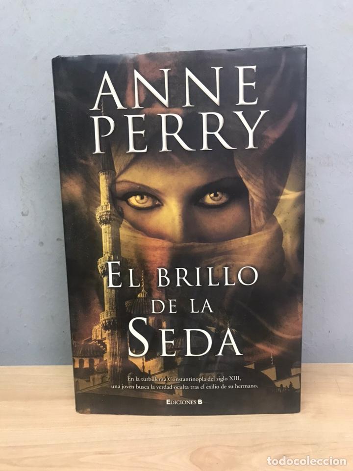 EL BRILLO DE LA SEDA POR ANNE PERRY PRIMERA EDICIÓN 2010 (Libros de Segunda Mano (posteriores a 1936) - Literatura - Narrativa - Novela Romántica)