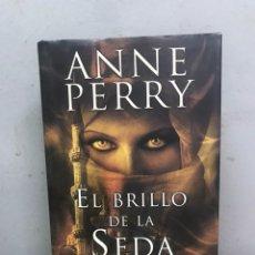 Libros de segunda mano: EL BRILLO DE LA SEDA POR ANNE PERRY PRIMERA EDICIÓN 2010. Lote 194488940