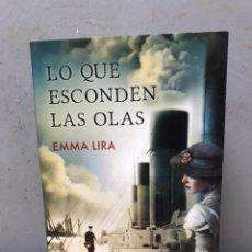 Libros de segunda mano: LO QUE ESCONDEN LAS OLAS POR EMMA LIRA PRIMERA EDICIÓN 2015. Lote 194761138