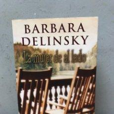 Libros de segunda mano: LA MUJER DE AL LADO POR BARBARA DELINSKY PRIMERA EDICIÓN 2002. Lote 194768583