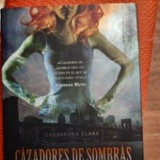 Livres d'occasion: CIUDAD DE HUESO - CASSANDRA CLARE (CAZADORES DE SOMBRAS 1). Lote 197899202