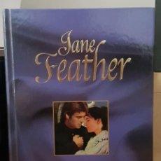 Libros de segunda mano: LA JUGADORA - JANE FEATHER. Lote 214617136