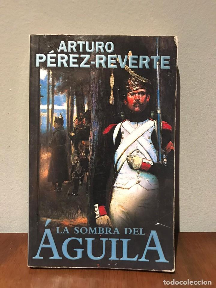 LA SOMBRA DEL ÁGUILA - ARTURO PEREZ REVERTE (Libros de Segunda Mano (posteriores a 1936) - Literatura - Narrativa - Novela Romántica)