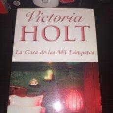 Libros de segunda mano: LA CASA DE LAS MIL LAMPARAS - VICTORIA HOLT - PUNTO DE LECTURA. Lote 218203685