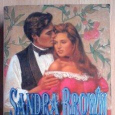 Libros de segunda mano: UN LARGO ATARDECER (SANDRA BROWN) PLAZA Y JANÉS 1995. Lote 218851218