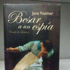 Libros de segunda mano: LIBRO: BESAR A UN ESPÍA, JANE FEATHER. Lote 288584383