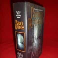 Libros de segunda mano: THE WISE MAN´S FEAR (EL TEMOR DE UN HOMBRE SABIO) PATRICK ROTHFUSS. TEXTO EN INGLÉS.. Lote 103675383