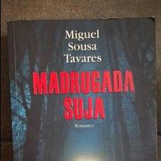 Libros de segunda mano: MADRUGADA SUJA: ROMANCE. MIGUEL SOUSA TAVARES. PRIMERA EDICION 2013. EN PORTUGUES. . Lote 135312114
