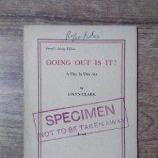 Libros de segunda mano: MFF.- GOING OUT IS IT? BY GWYN CLARK.- SAMUEL FRENCH LTD.- 1961.- 23 PAGINAS.-. Lote 147765362