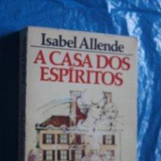 Libros de segunda mano: A CASA DOS ESPIRITOS, (EN PORTUGUES), ISABEL ALLENDE, DIFEL1985. Lote 171619605
