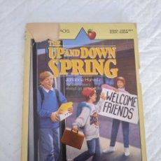 Libros de segunda mano: THE UP AND DOWN SPRING. VACATIONS DON'T ALWAYS GO AS EXPECTED. JOHANNA HURWITZ. LIBRO. Lote 179087880