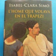 Libros de segunda mano: L'HOME QUE VOLAVA EN EL TRAPEZI. ISABEL - CLARA SIMÓ. EDITORIAL COLUMNA. Lote 179159535