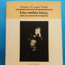 Libros de segunda mano: UNA OMBRA FOSCA, COM UN NÚVOL DE TEMPESTA. ISABEL - CLARA SIMÓ. EDITORIAL COLUMNA. Lote 179159866
