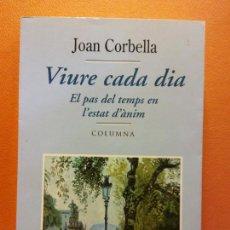 Libros de segunda mano: VIURE CADA DIA. EL PAS DEL TEMPS EN L'ESTAT D'ÀNIM. JOAN CORBELLA. EDITORIAL COLUMNA. Lote 211676324