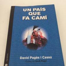 Libros de segunda mano: UN PAÍS QUE FA CAMI. Lote 230374780