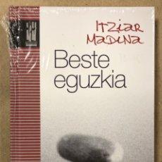 Libros de segunda mano: BESTE EGUZKIA. ITZIAR MADINA. TXALAPARTA ARGITALETXEA. EUSKERA. NUEVO, CON PRECINTO.. Lote 234950455