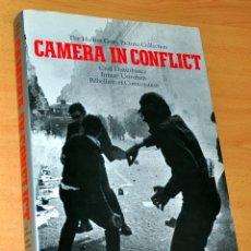 Libros de segunda mano: LIBRO DE FOTOGRAFÍAS DE GRAN FORMATO EN INGLÉS: CAMERA IN CONFLICT - EDITA: NICK YAPP - AÑO 1996. Lote 242105200