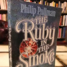 Libros de segunda mano: THE RUBY IN THE SMOKE. PHILIP PULLMAN. PEDIDO MÍNIMO 5€. Lote 288065048