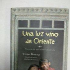 Libros de segunda mano: UNA LUZ VINO DE ORIENTE / VIRTU MORON. Lote 156882746