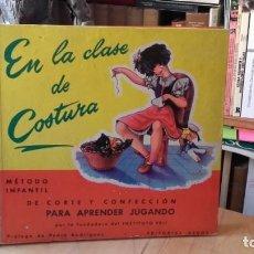 Libros de segunda mano: EN LA CLASE DE COSTURA. METODO INFANTIL DE CORTE Y CONFECCION..., (AEDOS, 1ª EDICION, 1956).. Lote 156959542