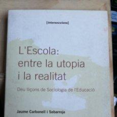 Libros de segunda mano: L´ESCOLA ENTRE LA UTOPIA Y LA REALITAT. JAUME CARBONELL I SEBAROJA. EUMO 1995 INTERSECCIONS IN 4 M. Lote 248229330