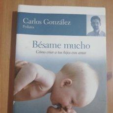 Libros de segunda mano: BÉSAME MUCHO. CÓMO CRIAR A TUS HIJOS CON AMOR (CARLOS GONZÁLEZ). Lote 252947680