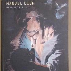 Libros de segunda mano: UN MUNDO SIN LUZ. MANUEL LEÓN. CAC MÁLAGA. 25 CM. A COLOR. 2014. COMO NUEVO! . Lote 121930259
