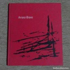 Libros de segunda mano: LIBRO E INVITACIÓN DE ARRANZ-BRAVO.2002.GALERIA TRAMA.. Lote 155704318