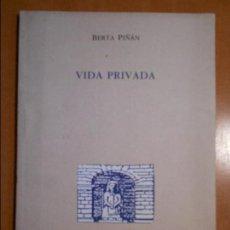Libros de segunda mano: VIDA PRIVADA. BERTA PIÑAN. COLECCION TEODORO CUESTA. MIERES 1991. EN ASTURIANU. RUSTICA CON SOLAPA. . Lote 63290396