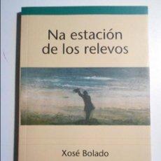 Libros de segunda mano: NA ESTACION DE LOS RELEVOS. XOSE BOLADO. LLIBROS DEL PEXE, 2006. EN ASTURIANO. RUSTICA CON SOLAPA. 5. Lote 73953439
