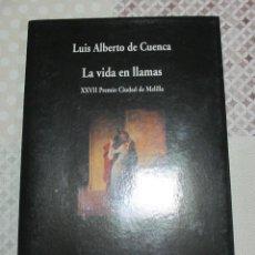 Libros de segunda mano: LUIS ALBERTO DE CUENCA, LA VIDA EN LLAMAS, VISOR. XXVII PREMIO CIUDAD DE MELILLA. Lote 121144591