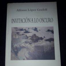Libros de segunda mano: INVITACIÓN A LO OSCURO. ALFONSO LÓPEZ GRADOLI 1996. POESIA. I PREMIO LUYS SANTA MARINA. FALANGE. Lote 180028076