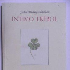 Libros de segunda mano: INTIMO TRÉBOL. JUAN ALCAIDE SANCHEZ.VALDEPEÑAS 2001. Lote 206968591