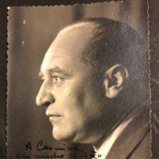 Libros de segunda mano: FOTO CON AUTÓGRAFO DE GABRIEL CELAYA.DEDICATORIA Y FIRMA DEL POETA.ESTUDIO LAGOS MADRID 11,5 X 8 CM. Lote 194965062