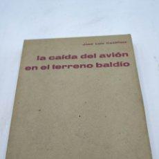 Libros de segunda mano: LA CAÍDA DEL AVIÓN EN TERRENO BALDÍO. JOSÉ LUIS DE CASTILLEJO. Lote 240448460