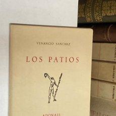 Libros de segunda mano: AÑO 1957 - LOS PATIOS POR VENANCIO SÁNCHEZ - ADONAIS CXLVI POESÍA. Lote 271549468