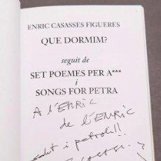 Libros de segunda mano: ENRIC CASASSES : QUE DORMIM ? - DEDICATÒRIA AUTÒGRAFA DE L´AUTOR - 1ª ED. 2002. Lote 289306193