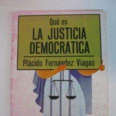 Libros de segunda mano: QUE ES LA JUSTICIA DEMOCRATICA. PLACIDO FERNANDEZ VIAGAS. EDITORIAL LA GAYA CIENCIA 1977. Lote 50137661